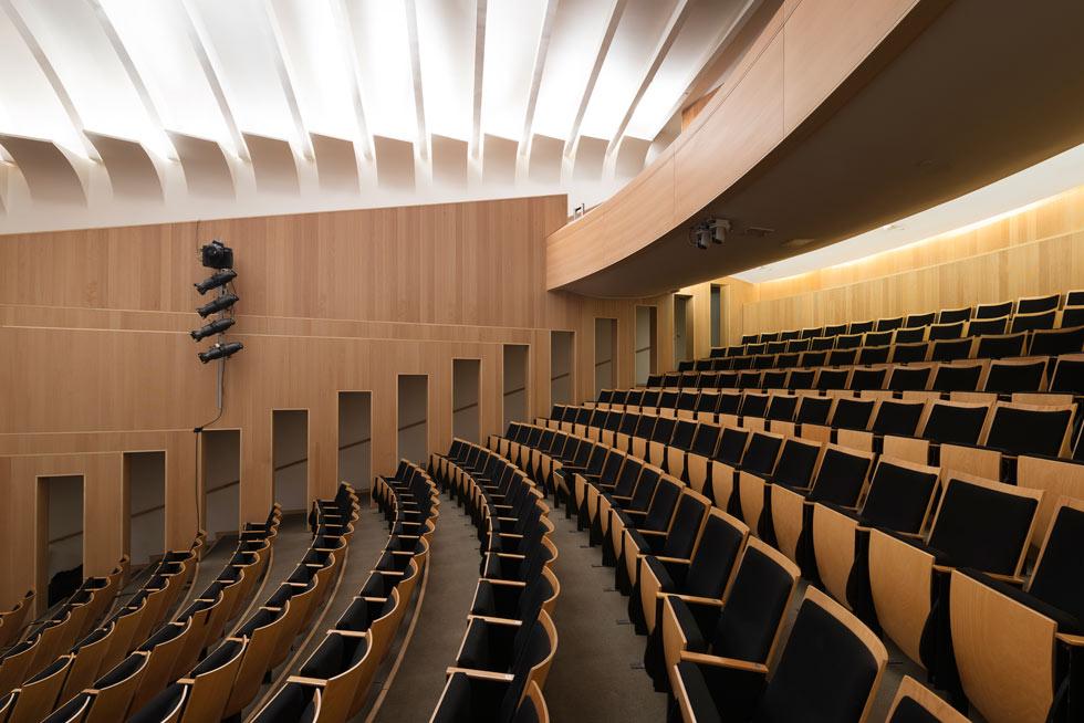 באולם המופעים 278 מושבים. חיפוי העץ והתאורה הלא ישירה מעניקים לו אלגנטיות (צילום: גדעון לוין)