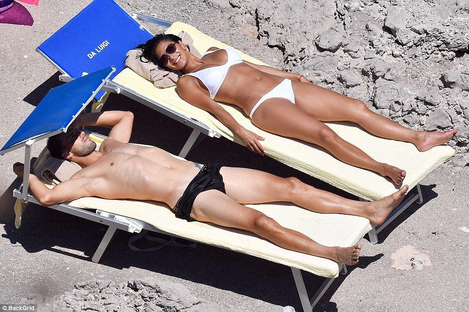 וכמובן על יכולות השיזוף. דימיטרוב ושרזינגר נהנים מהחיים (צילום: מתוך הטוויטר)