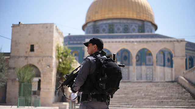 Border police soldier stands guard at the Temple Mount (Photo: Mati Amar/TPS)