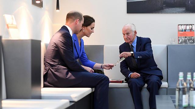 ניצול השואה בן ה-96 לאון שווצבאום הראה לזוג המלכותי תמונות ישנות של משפחתו (צילום: AP) (צילום: AP)