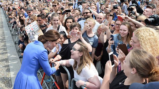 הדוכסית הבריטית עם ההמונים בשער ברנדנבורג (צילום: AFP) (צילום: AFP)