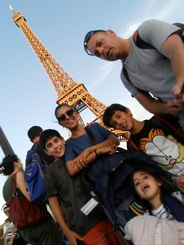 בטיול בצרפת עם משפחתו. שכטמן ()