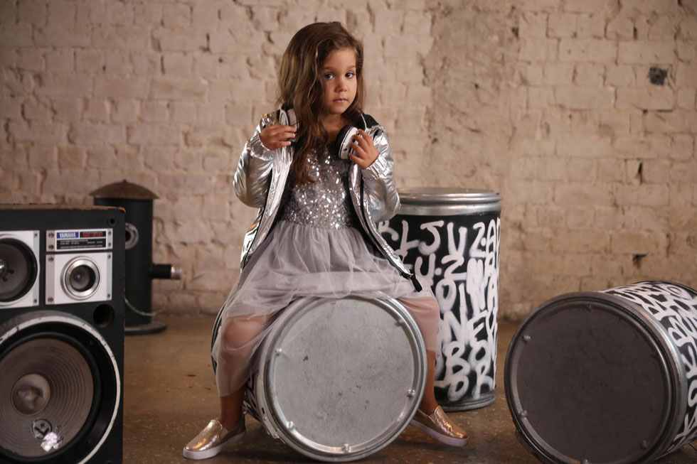 """""""אני הכי אוהבת להתחפש למיכל הקטנה ולשחק בתותי גיבורת על וללבוש שמלות של נסיכות כמו אלזה"""". אמילי מאנה בצילומים לקמפיין מותג הילדים KIWI (צילום: דניאל אליסטר)"""
