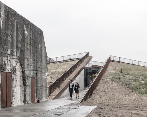 זה לצד זה: הבונקר (משמאל) והמוזיאון החפור שסמוך לו (צילום: Rasmus Hjortshoj, Big)