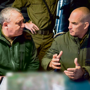 IDF Chief of Staff Gadi Eisenkot with Colonel Uri Gordin, commander of the 98th Division, in a Commando Brigade drill (Photo: IDF Spokesperson's Unit)