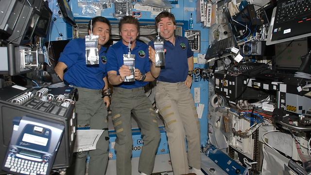 """שותים בחלל (צילום: נאס""""א) (צילום: נאס"""