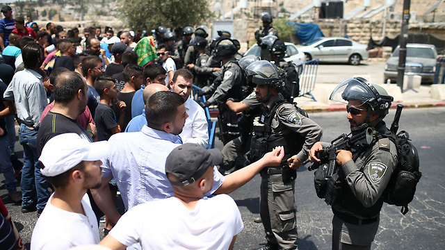 """עימותים במרזח ירושלים. """"באבן, בסכין, בגרזן, בבקבוק תבערה ומצית"""" (צילום: אוהד צויגנברג)"""