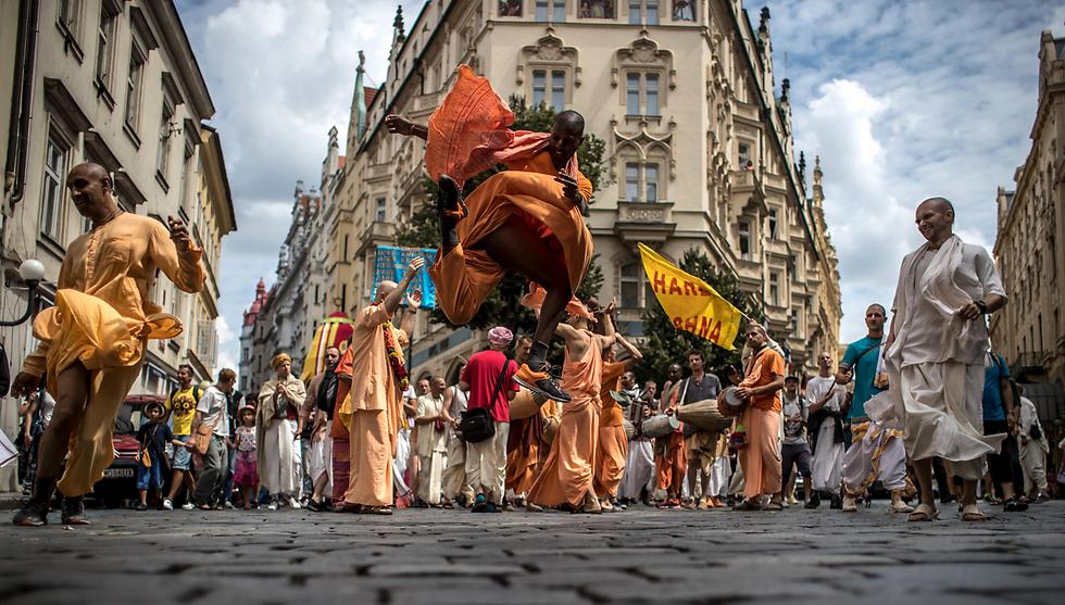 """תוצרת הודו: משתתפים בפסטיבל המרכבות """"ראט יאטרה"""" בפראג, צ'כיה (צילום: EPA)"""
