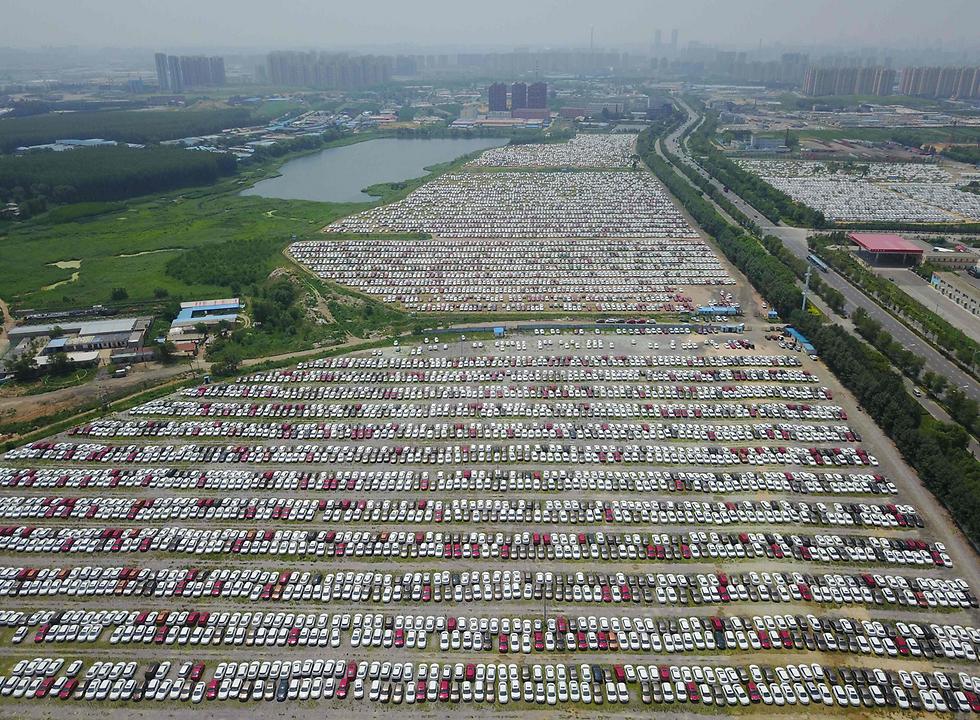 מכוניות חדשות במגרש חניה בשניאנג, סין (צילום: AFP)