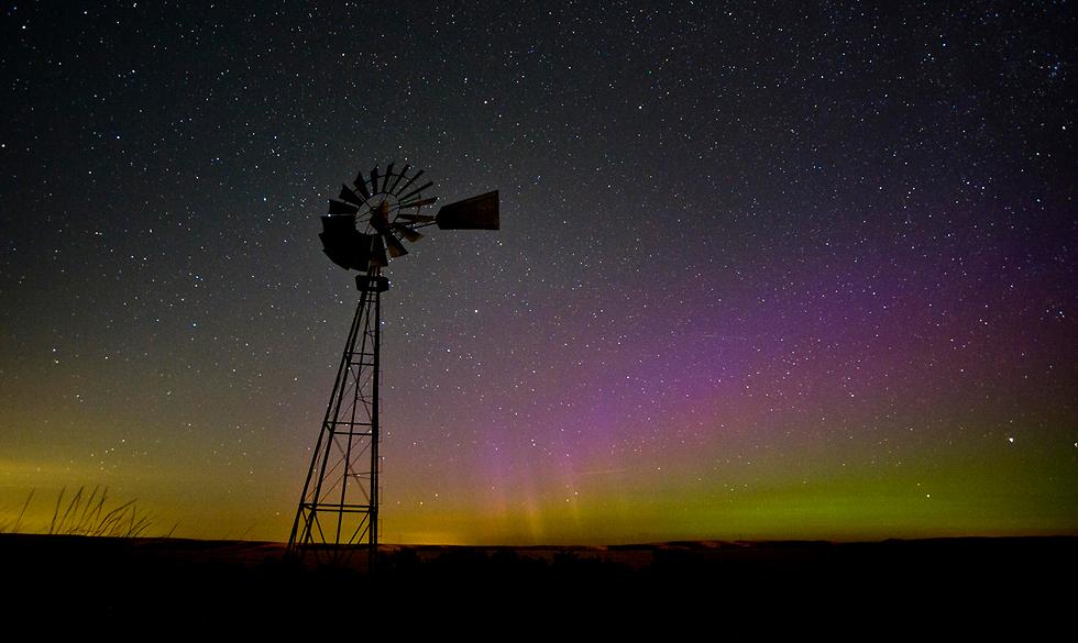 הזוהר הצפוני מאיר את השמיים בוושינגטון (צילום: AP, Greg Lehman/Walla Walla Union-Bulletin)
