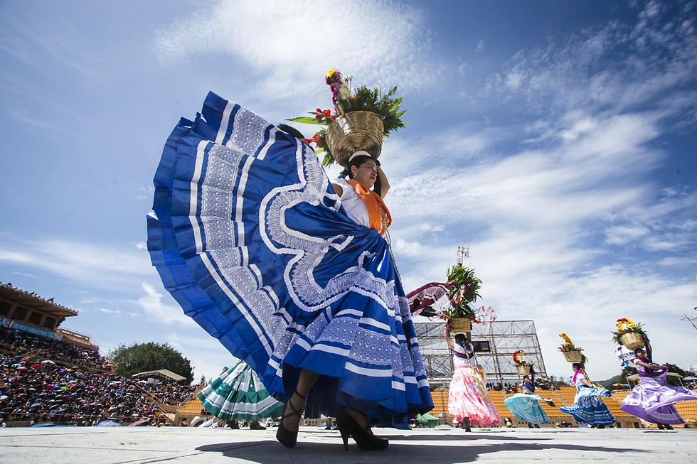מקסיקניות בלבוש מסורתי רוקדות בפסטיבל בוואחקה (צילום: EPA)