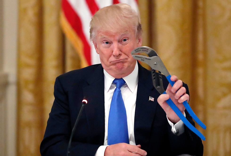 """טראמפ מחזיק פלאייר בחגיגות """"תוצרת אמריקה"""" בבית הלבן (צילום: AP)"""