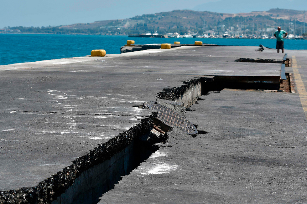 סדקים בנמל בקוס ביוון אחרי רעידת האדמה (צילום: AFP)