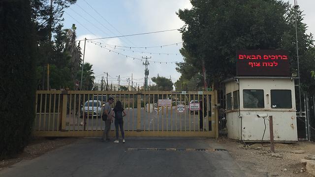 הכניסה ליישוב חלמיש, בבוקר שלאחר הפיגוע (צילום: גיל יוחנן) (צילום: גיל יוחנן)