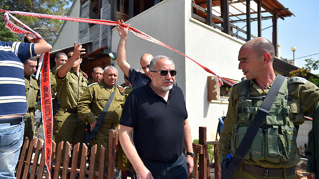 Liberman (Front) and Eisenkott (Back( arrive for a briefing in Halamish (Photo: Ariel Hermoni/Defense Ministry)