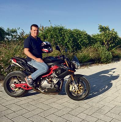 בן הזוג האיטלקי, מיקאלה זיליאני, על האופנוע בפתח האחוזה המשפחתית