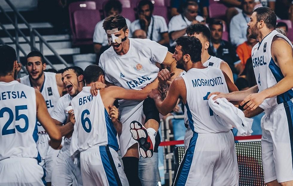 הקיץ שכולנו נזכור. נבחרת העתודה חוגגת מדליית כסף (צילום: FIBA)