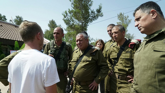 SSgt. A recounts events to Chief of Staff Eisenkot (Photo: IDF Spokesperson's Unit)