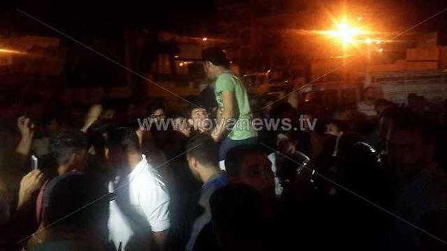 קרובי משפחתו של הדוקר הפגינו הלילה בלב עמאן ()