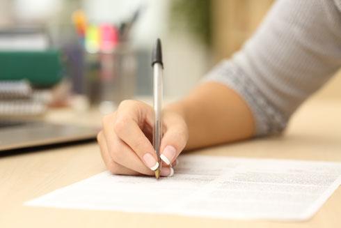 אין לחתום על מסמכים מסוג זה ברגע האחרון. יש לבקש לעיין במסמך מראש, יחד עם ההסכם שנעשה עם הרופא ולהבין עד תום את כל הסיבוכים והסיכונים (צילום: Shutterstock)