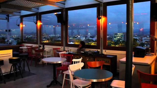 """מסעדת """"לוקאל"""": תבקשו לשבת ליד החלון ותיהנו מהתצפית היפה (צילום מסך )"""