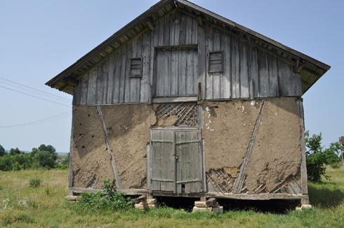 לפני השיקום, המצבות משמשות כבסיס לצריף שעמד במקום  (צילום: בוגדן סטניסלבסקי)