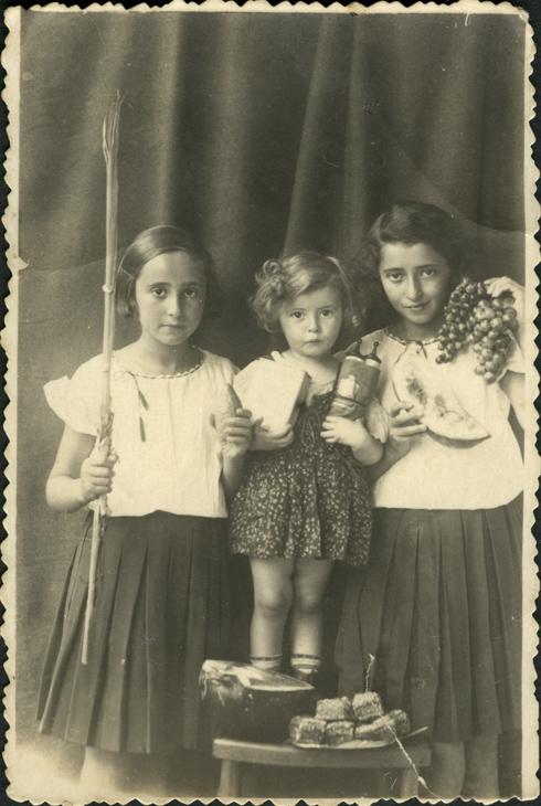 קריסטינה (במרכז) עם אחיותיה לפני המלחמה (צילום: קריסטינה כרמי - אלבום משפחתי)