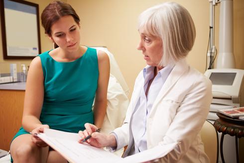 אם סעיף כלשהו אינו ברור, יש לברר אותו עם הרופא ובמידת הצורך להוסיף הבהרות ושינויים בכתב יד (צילום: Shutterstock)
