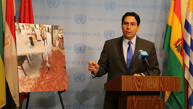 Danon at the UN Security Council presenting photos from the scene of the attack