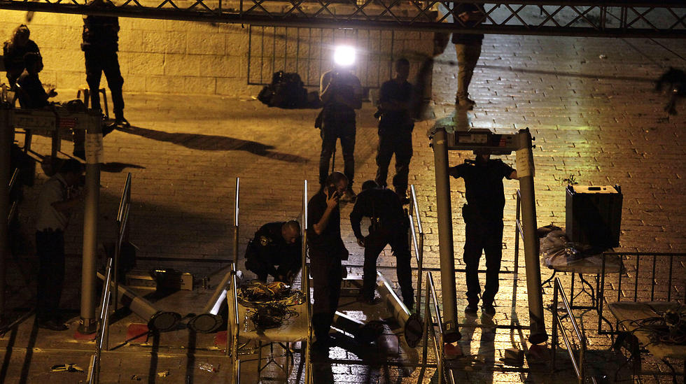 Police begin dismantling metal detectors (Photo: AP)