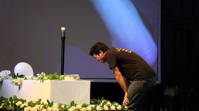 טל מוסרי פורץ בבכי מעל הארון (צילום: מוטי קמחי) (צילום: מוטי קמחי)