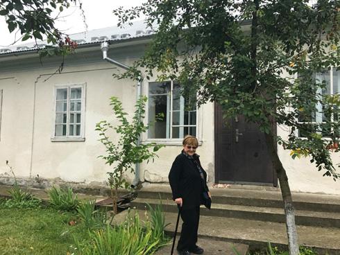 ליד הבית שבו גדלה (צילום: בני כרמי)