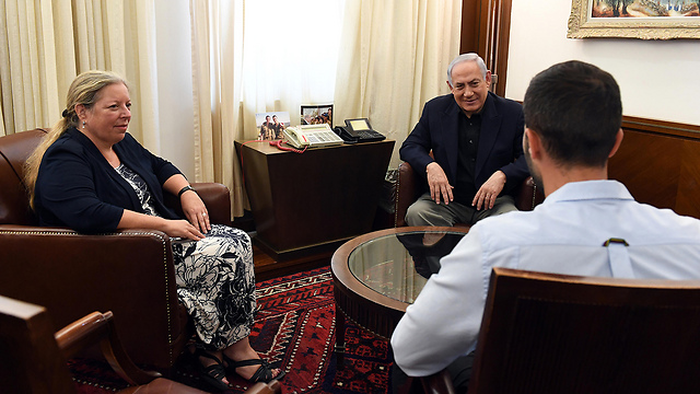 L to R: Former Israeli Ambassador to Jordan Einat Schlein, PM Benjamin Netanyahu and security guard Ziv Moyal (Photo: Haim Zach/GPO)