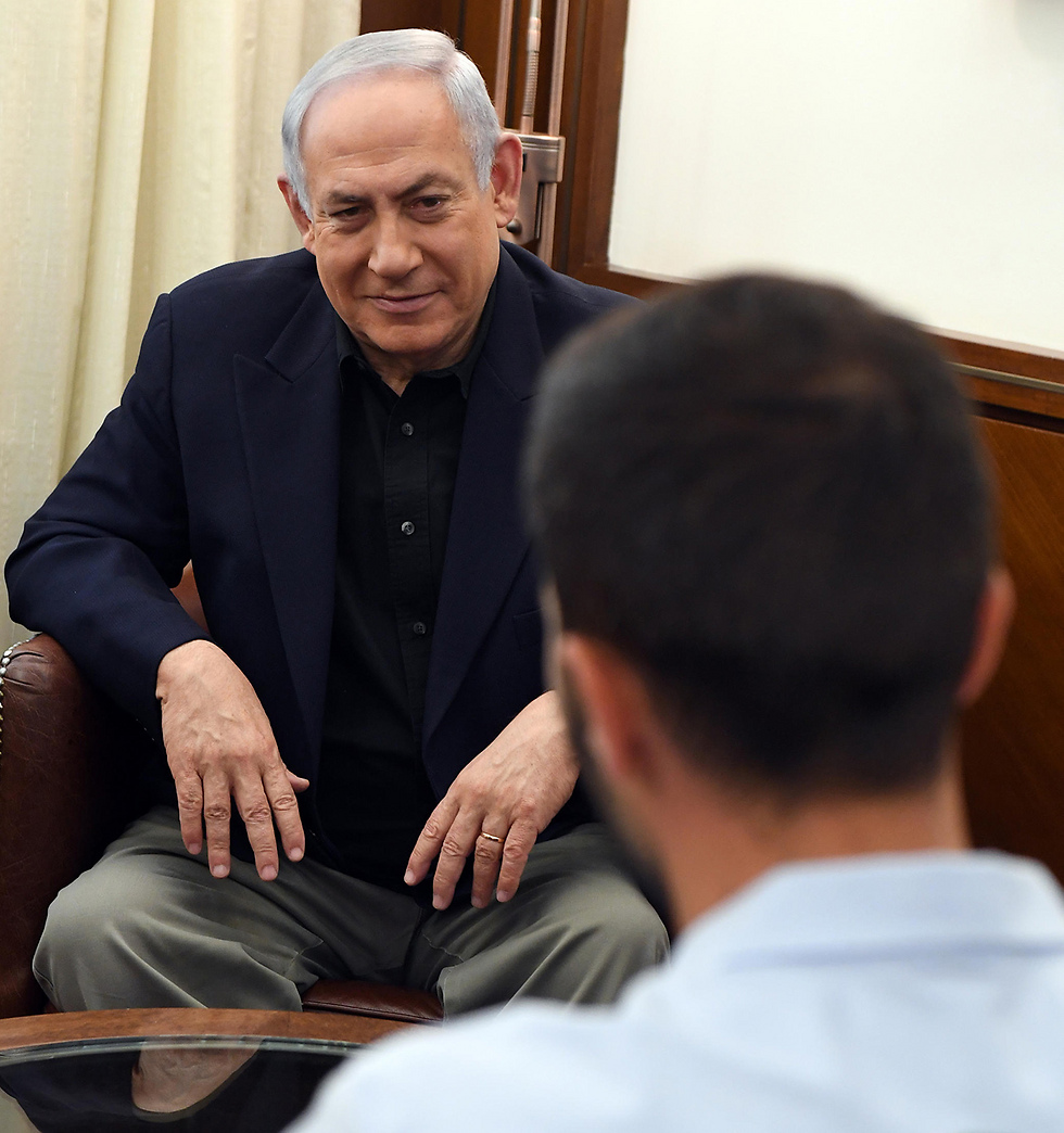Netanyahu with the Israeli security guard upon his return (Photo: Haim Thazch/GPO)