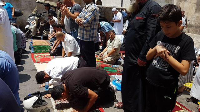 Worshippers continue to protest on the orders of the Waqf