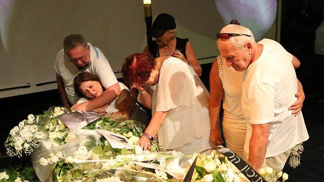 הוריו של אמיר פרישר גוטמן ליד ארונו (צילום: מוטי קמחי) (צילום: מוטי קמחי)