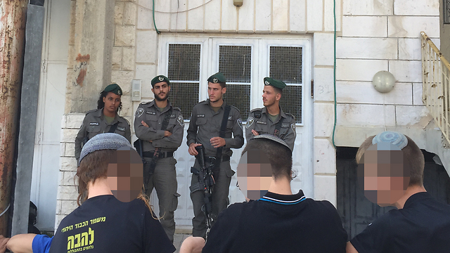 Border Police troops guard a Palestinian home in Hebron where settlers were squatting, July 2017. Ownership of the building was at the center of a years-long dispute (Photo: Gil Yohanan)
