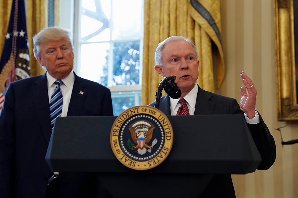 ג'ף סשנס ודונלד טראמפ (צילום: AP) (צילום: AP)