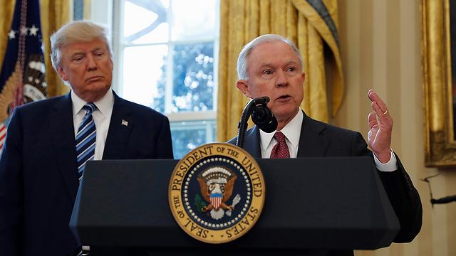 לא מדברים. טראמפ והתובע הכללי שלו ג'ף סשנס (צילום: AP) (צילום: AP)