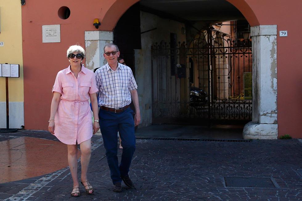 תרזה ופיליפ מיי בחופשתם באגם גרדה שבצפון איטליה. השמלה עלתה פחות מארוחת הבוקר (צילום: Gettyimages)