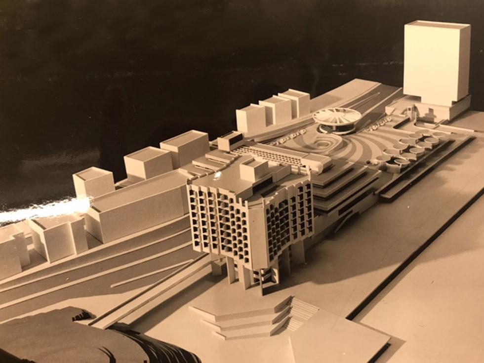 המודל המקורי של כיכר אתרים, בתכנונו של יעקב רכטר. בנו, האדריכל אמנון רכטר, חושב שהמרפסת העירונית הזו צריכה להיות גבוהה עוד יותר (מודל: באדיבות ארכיון משרד רכטר אדריכלים)
