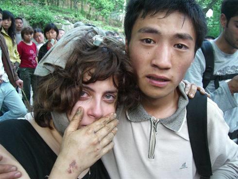 """בדרך לבית החולים בסין, עם אחד המחלצים. """"רציתי לבכות, ולא יכולתי"""" (צילום: אלירן דובזינסקי)"""