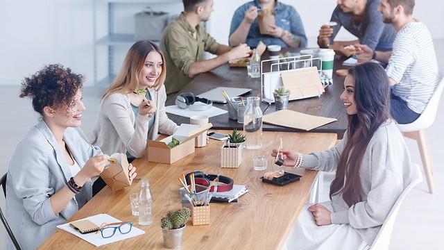 ארוחת צהריים במשרד. ציפיית העובד לפרטיות גבוהה יותר (צילום: shutterstock) (צילום: shutterstock)