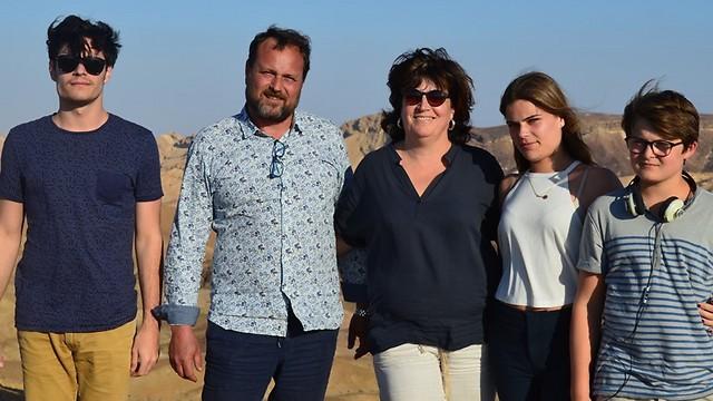 ורוניק (במרכז) יחד עם בני משפחתה בטיול בנגב (צילום: אלבום פרטי)