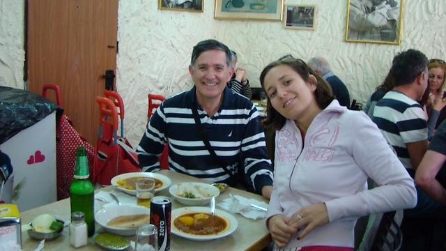 חימנו מכירה את האוכל הישראלי לאביה שהגיע לביקור (צילום: אלבום פרטי)