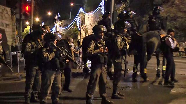 כוחות הביטחון מול המתפללים (צילום: גיל יוחנן) (צילום: גיל יוחנן)