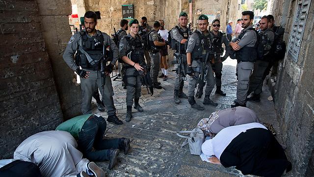 בינתיים מתפללים מחוץ למסגד אל-אקצה (צילום: AP) (צילום: AP)