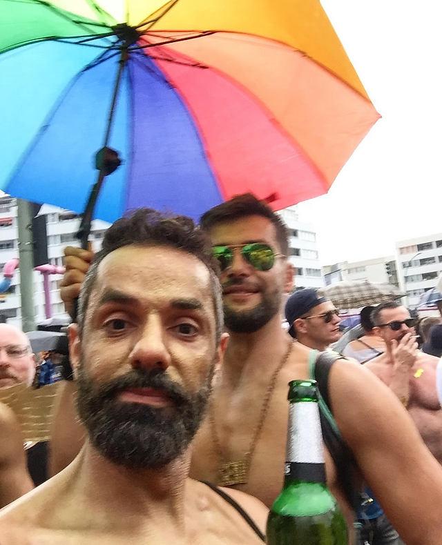 חזי נשטף בגשם במצעד הגאווה בברלין (צילום: חזי מנע)
