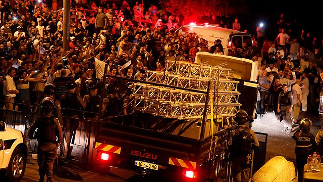 חלקי הגשר שפורק מפונים מהמקום (צילום: AFP) (צילום: AFP)