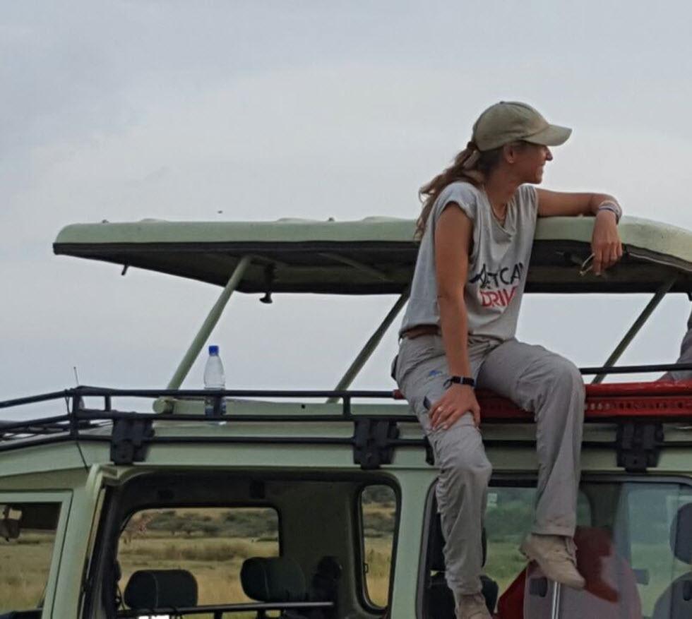 רונה ברגע של הפוגה במסע (צילום: אפריקן דרייב) (צילום: אפריקן דרייב)
